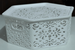Cesto Plástico Branco Organizador 27x10cm Hexagonal Decorado com Tampa